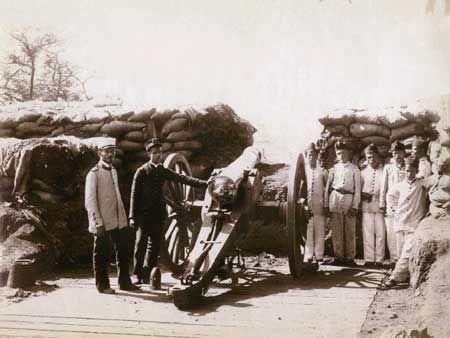 Foto de Juan Gutierrez; acervo do Museu Histórico Nacional Fortificação passageira com soldados e oficiais da artilharia, 1894.